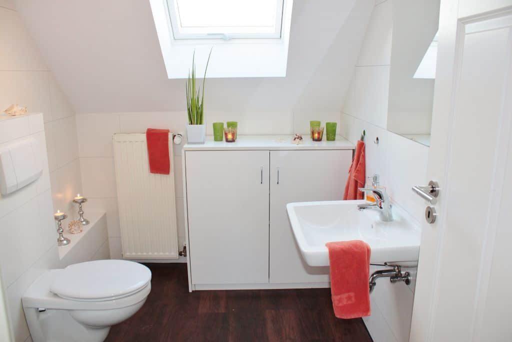 bathroom light tiles